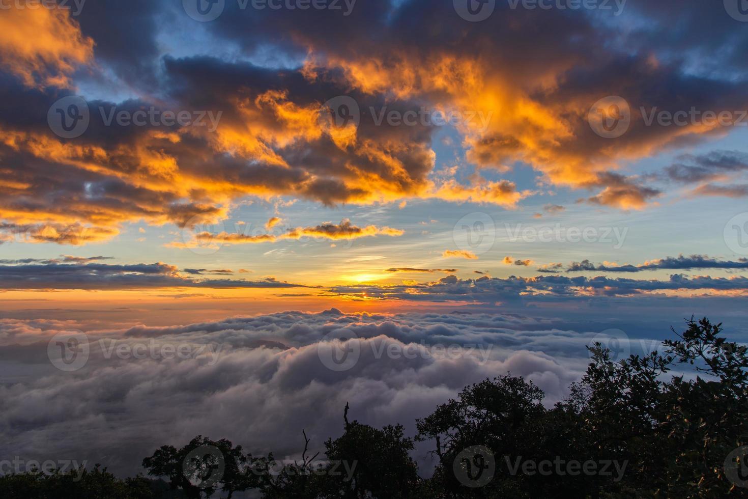 laag van bergen en mist bij zonsondergang tijd foto