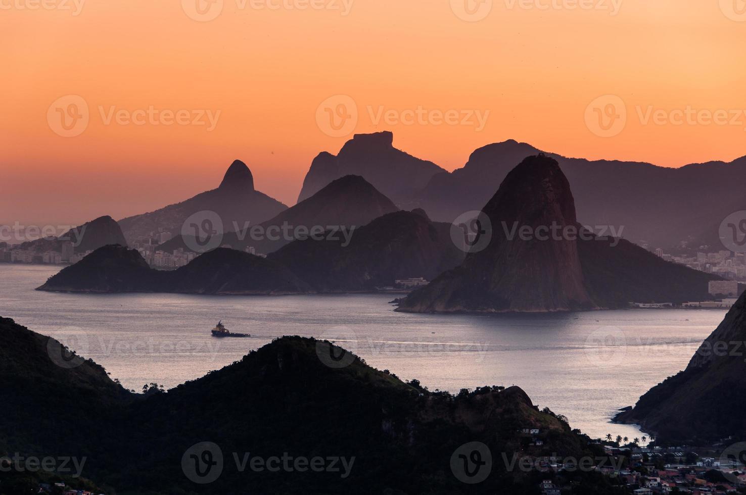 schilderachtige Rio de janeiro uitzicht op de bergen bij zonsondergang foto