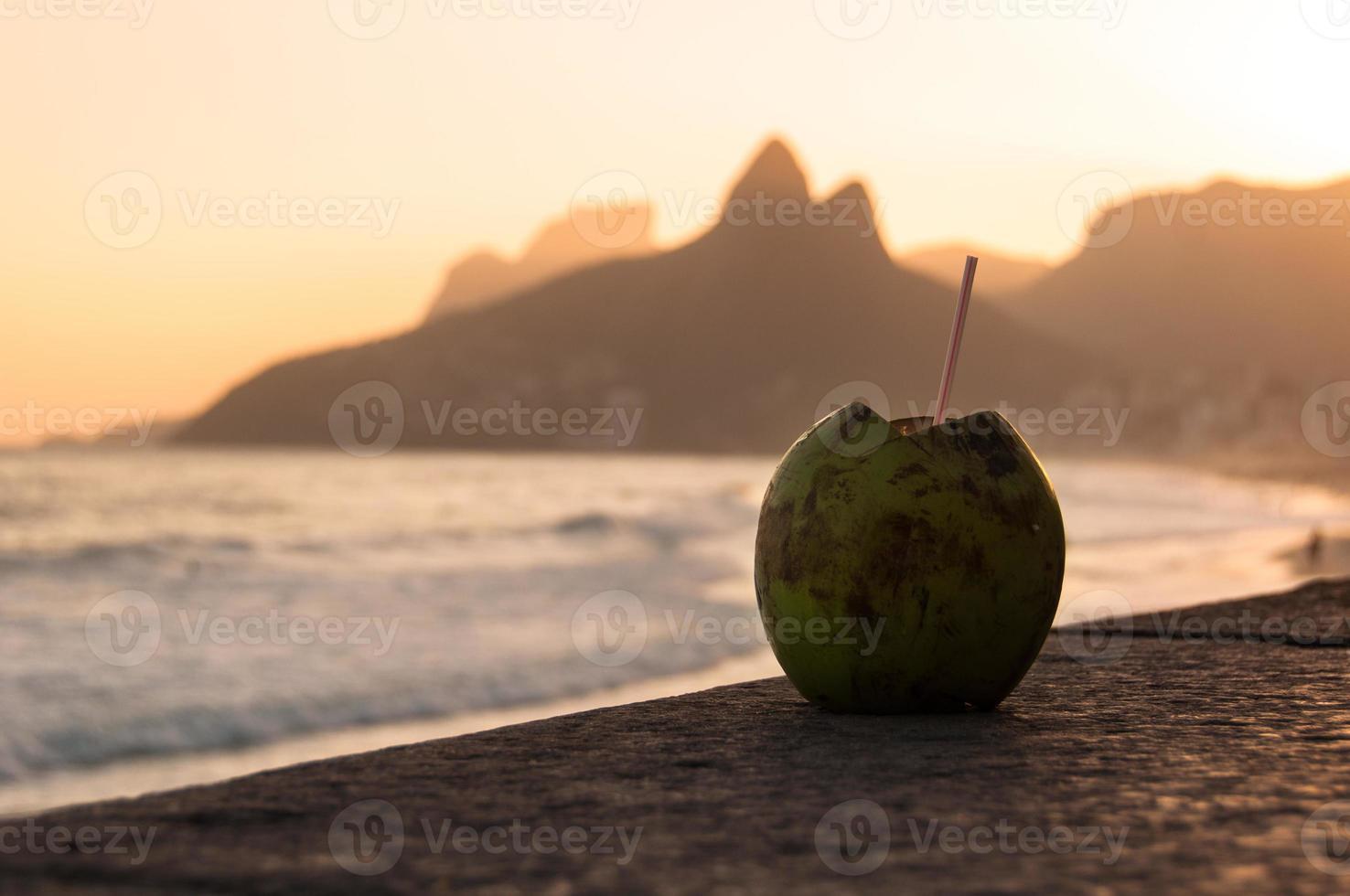 kokos drankje in ipanema strand bij zonsondergang foto