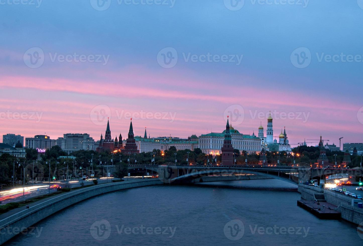 het kremlin van moskou bij zonsondergang foto