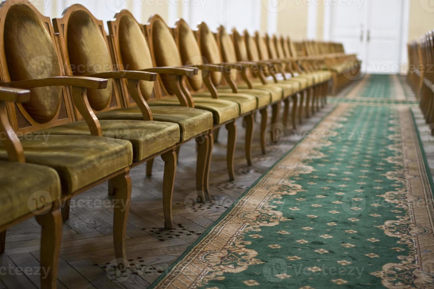 houten stoelen op een rij. foto
