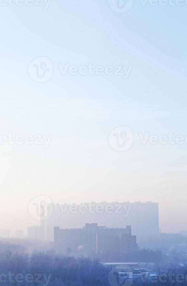 blauwe zonsopgang boven stedelijke huizen in de koude winter foto