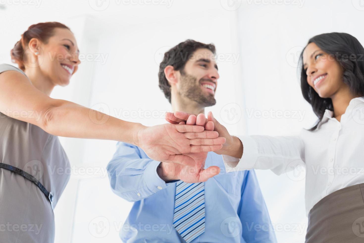 mensen uit het bedrijfsleven met gestapelde handen foto