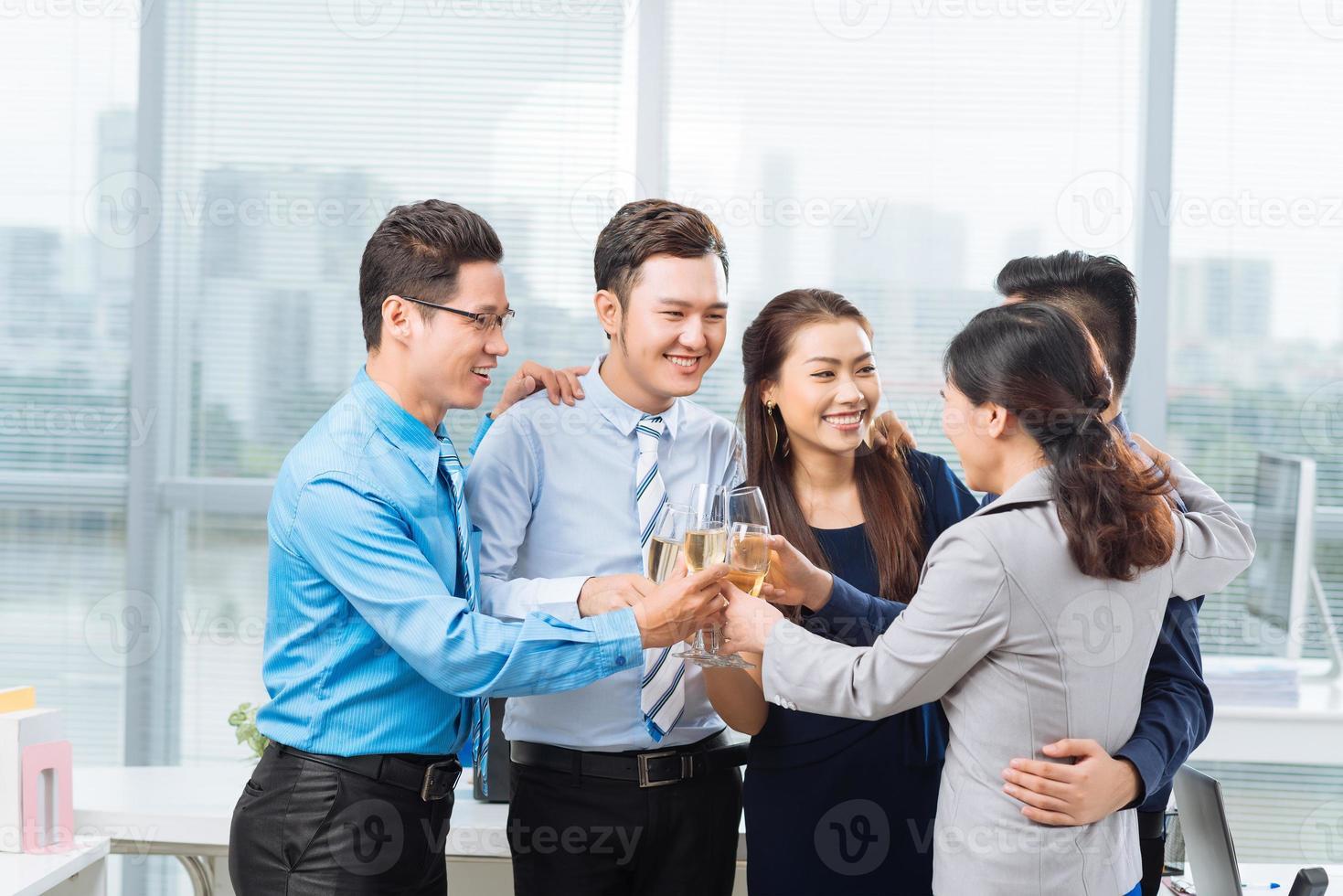 mensen uit het bedrijfsleven roosteren foto