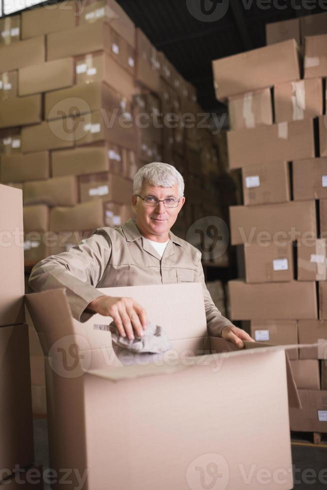 man aan het werk in magazijn foto