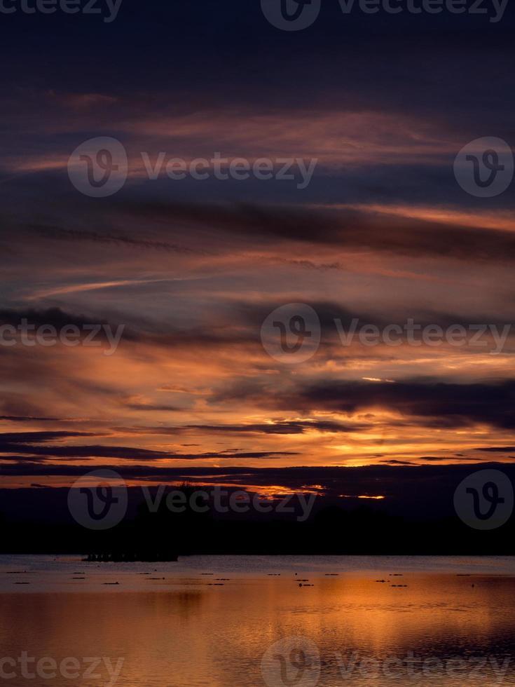 zonsondergang over water foto