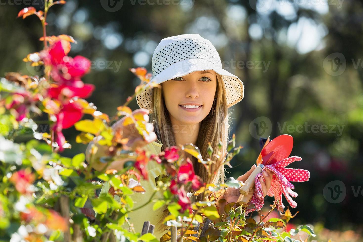 gelukkig vrouwtje in de tuin tuinieren foto