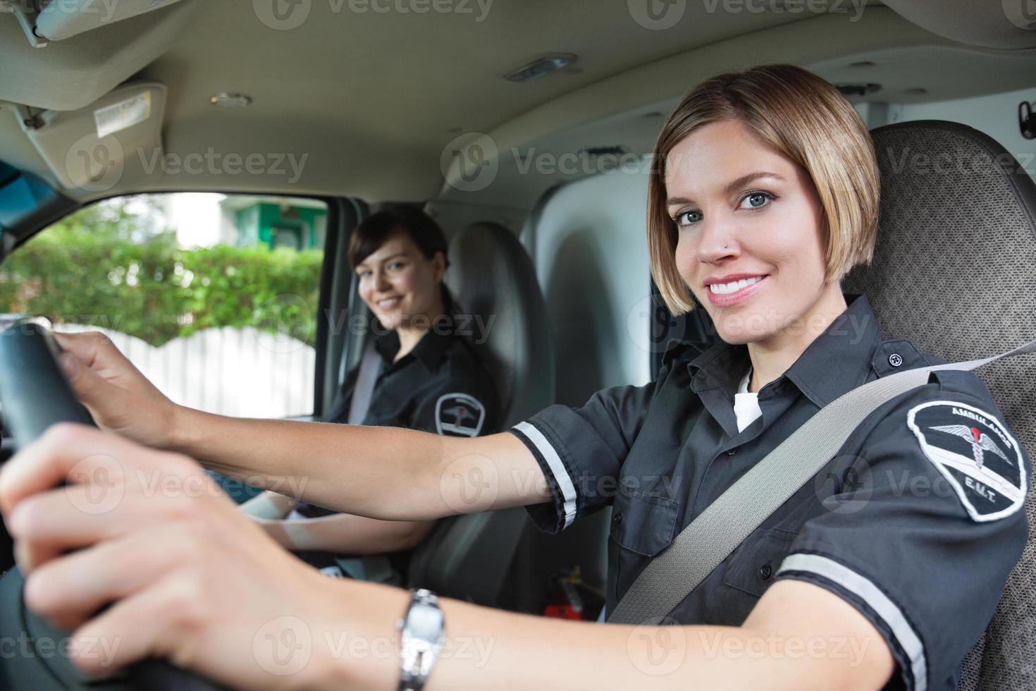 gelukkige vrouwelijke paramedicus in ambulance foto