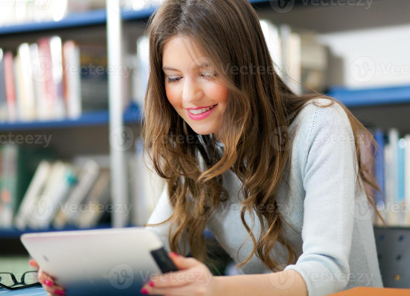 vrouwelijke student met behulp van een tablet foto