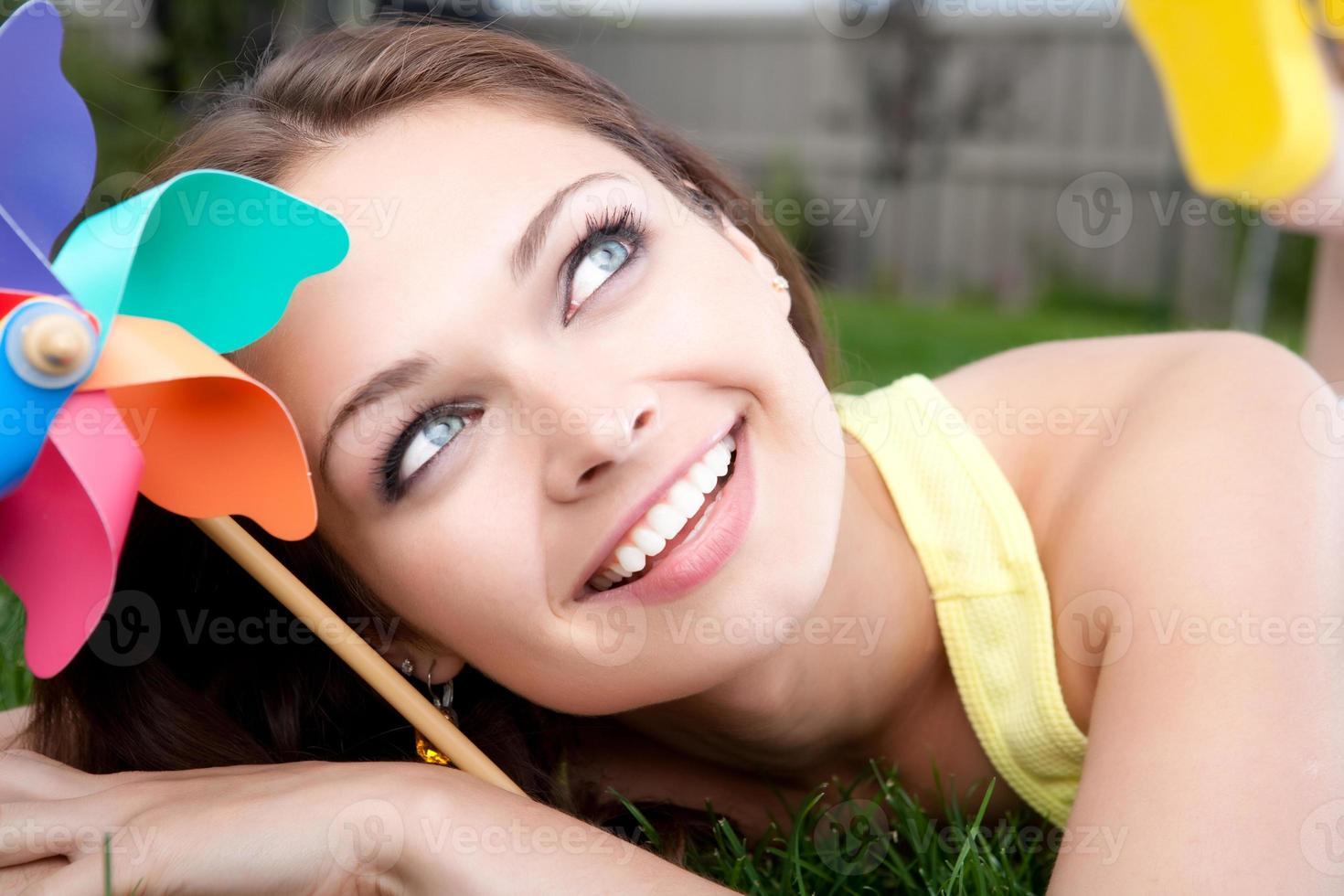 jonge vrouw met een vuurrad foto