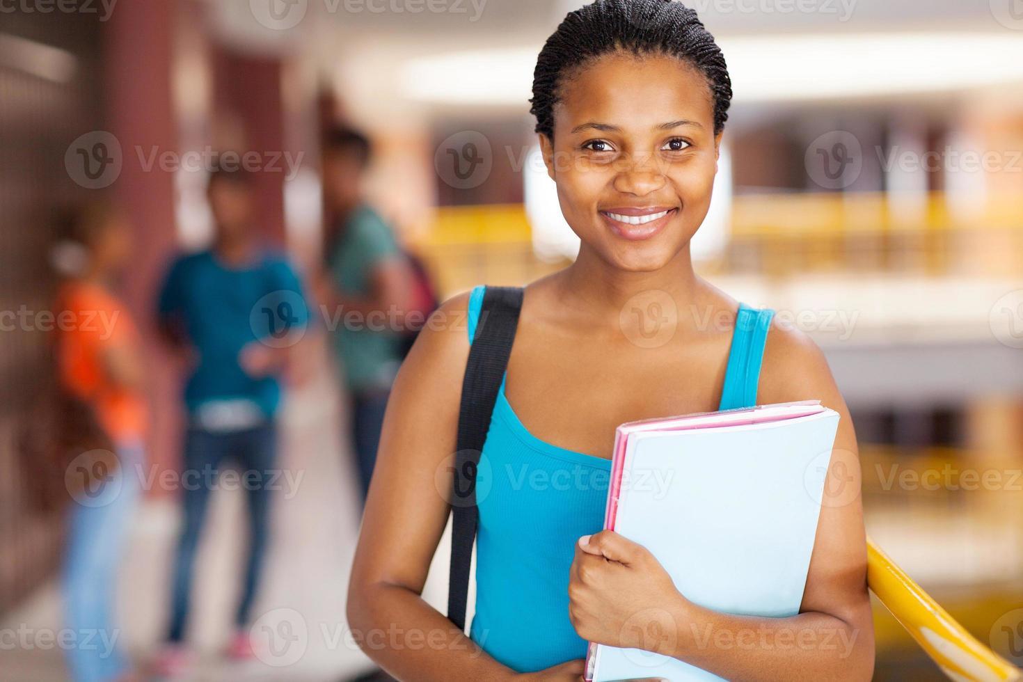vrouwelijke Afrikaanse student met boeken foto