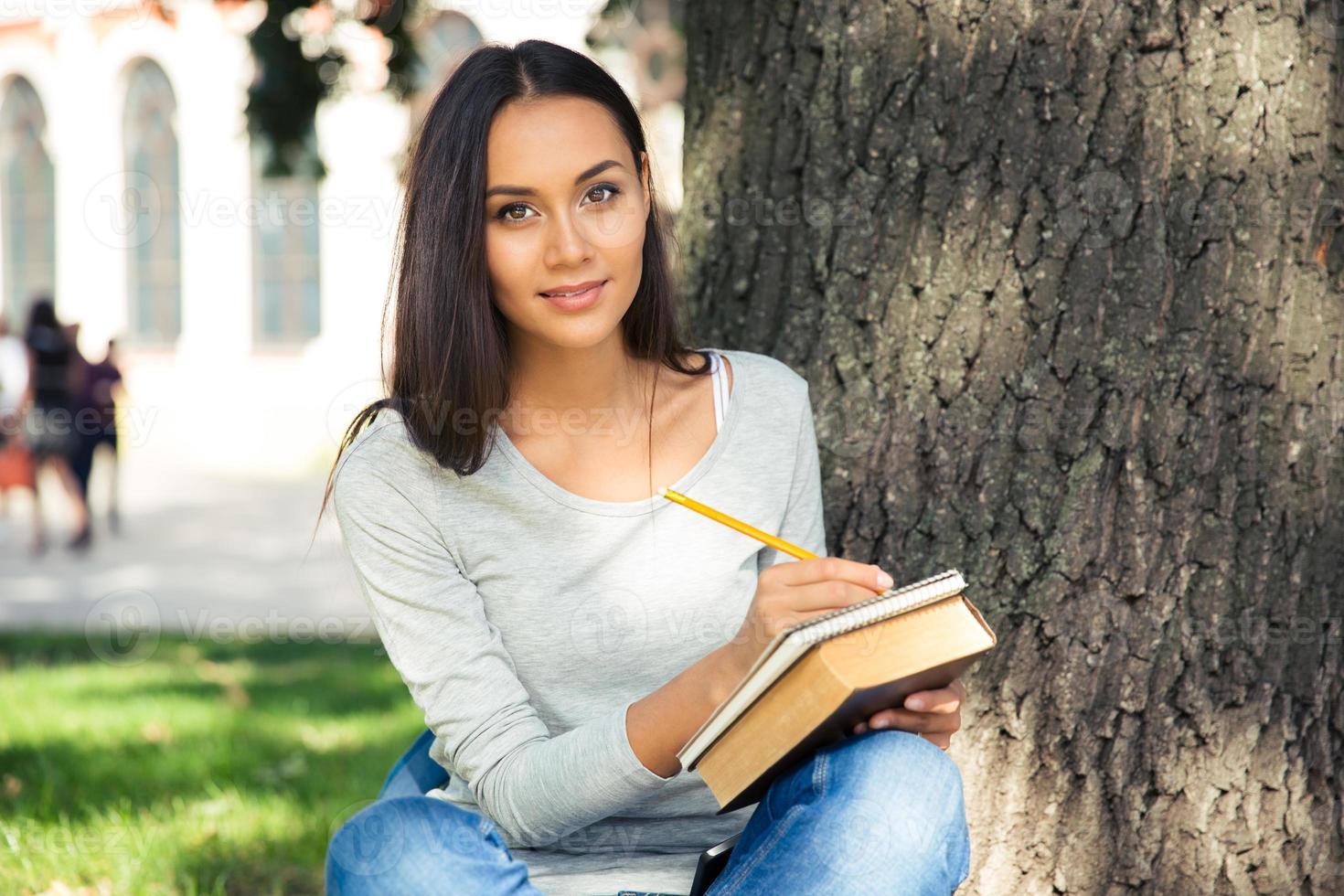 portret van een gelukkige vrouwelijke student foto