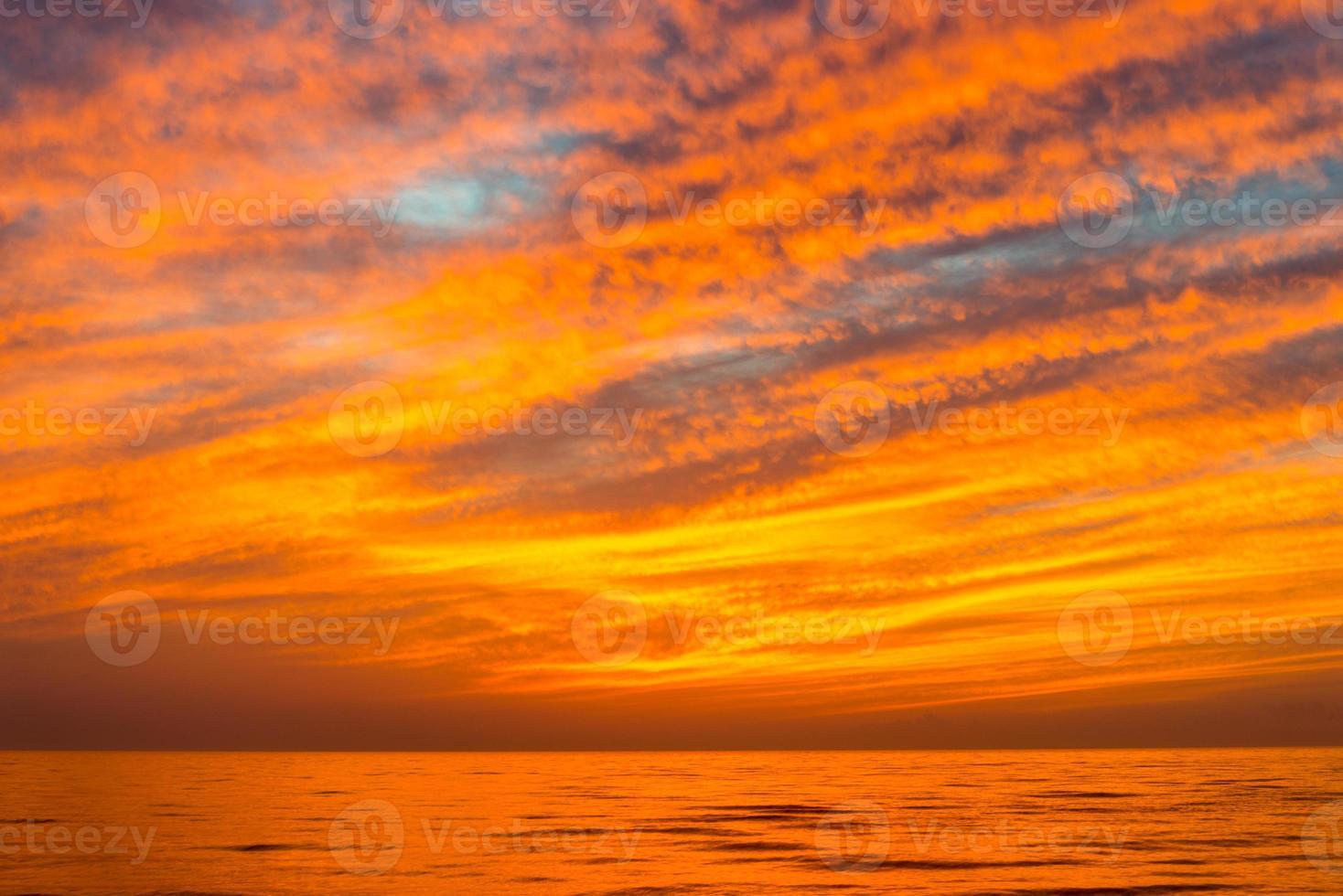 dramatische rode zonsondergang foto