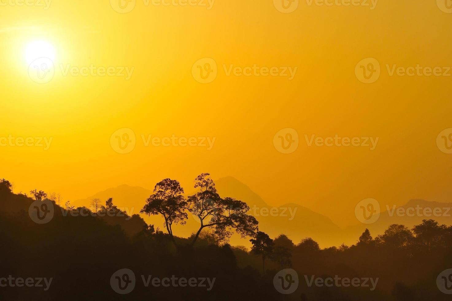 zonsondergang in steppe foto