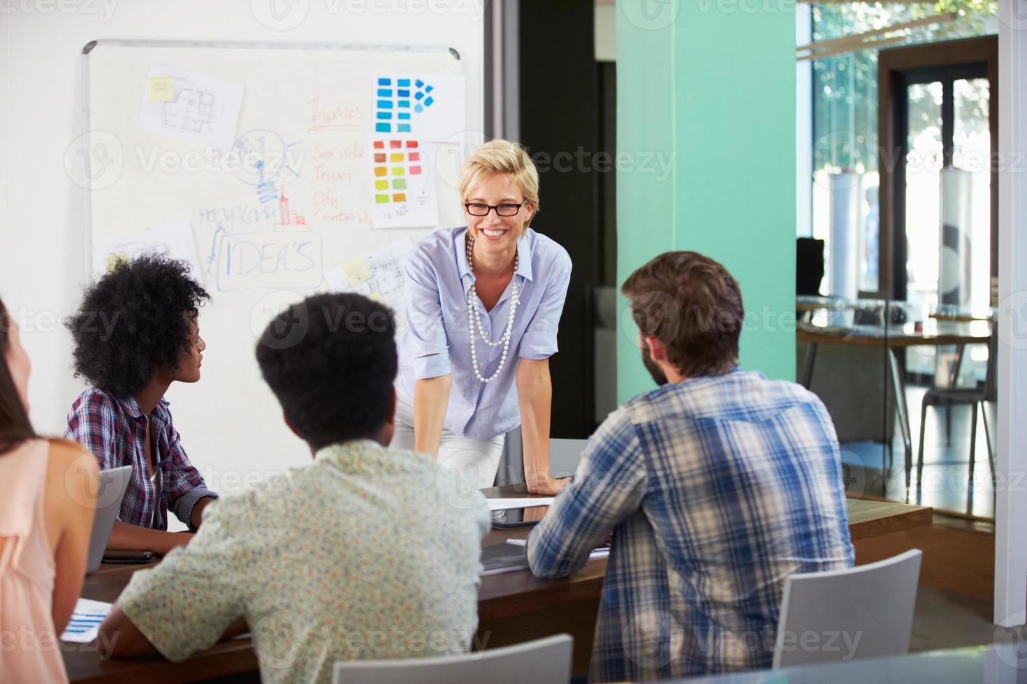 vrouwelijke manager die brainstormvergadering in bureau leidt foto