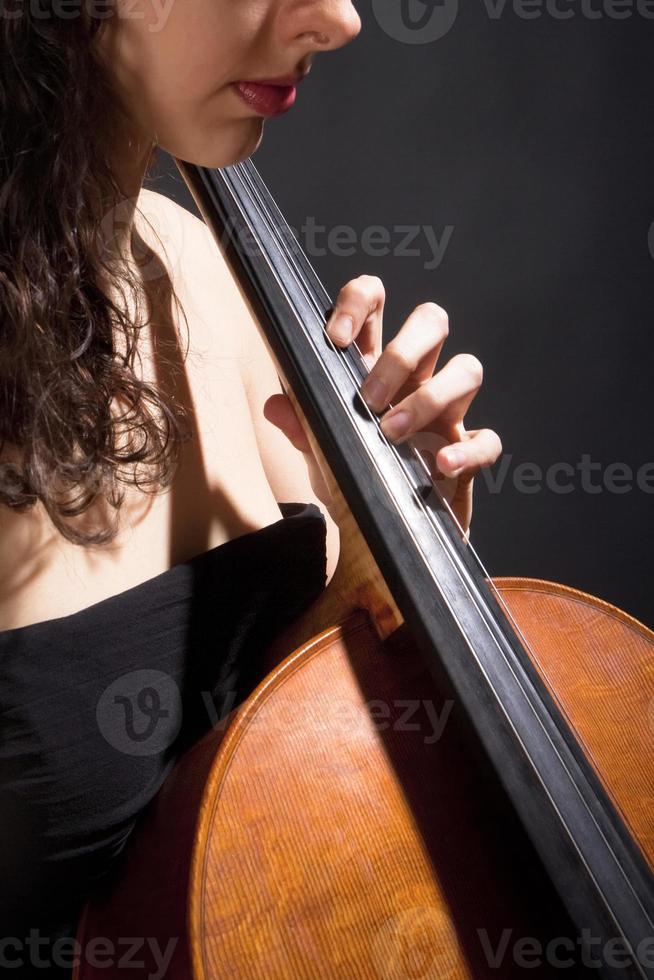 vrouwelijke muzikant speelt cello foto
