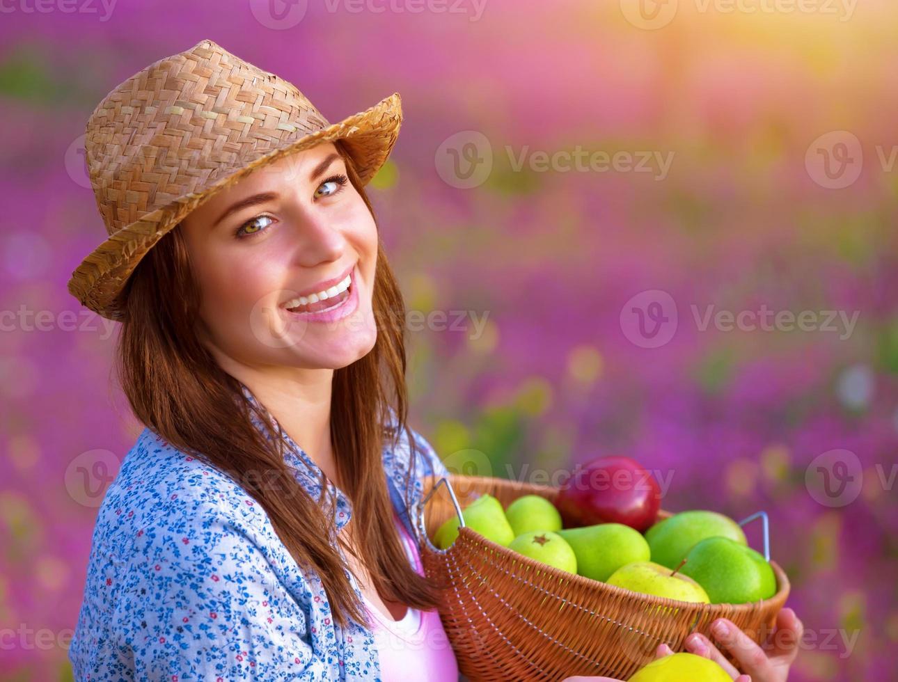 vrolijke vrouw met appel fruit foto