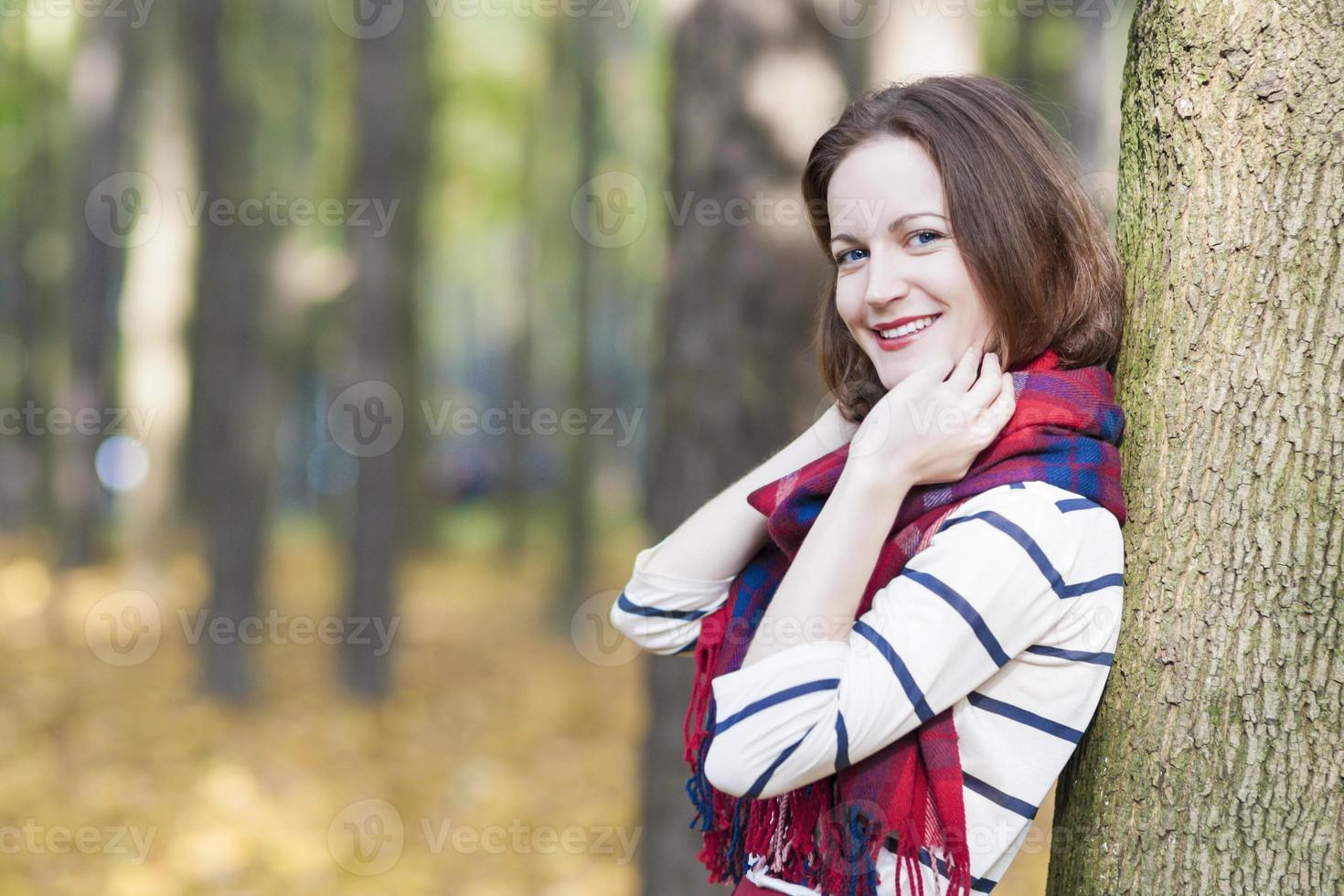 vrouwelijk model gekleed in stijlvolle kleding foto