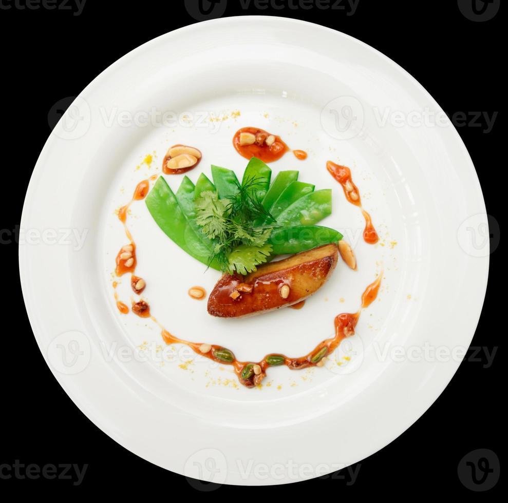 gebakken foie gras met karamel en groenten, geïsoleerd foto
