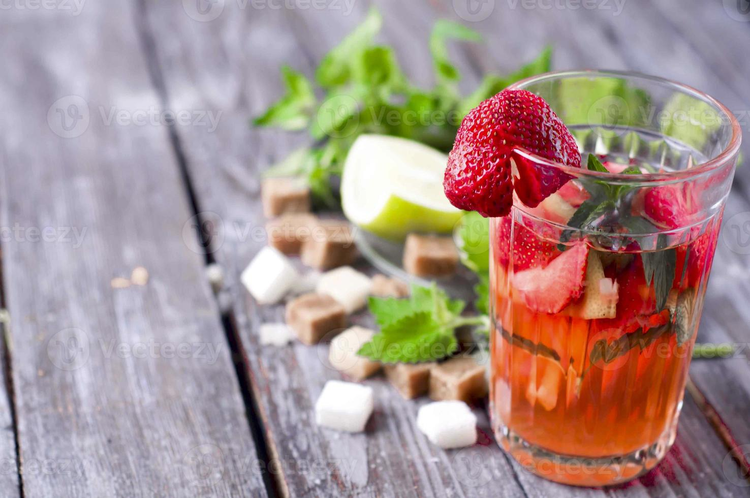 verfrissend zomerdrankje met aardbei foto