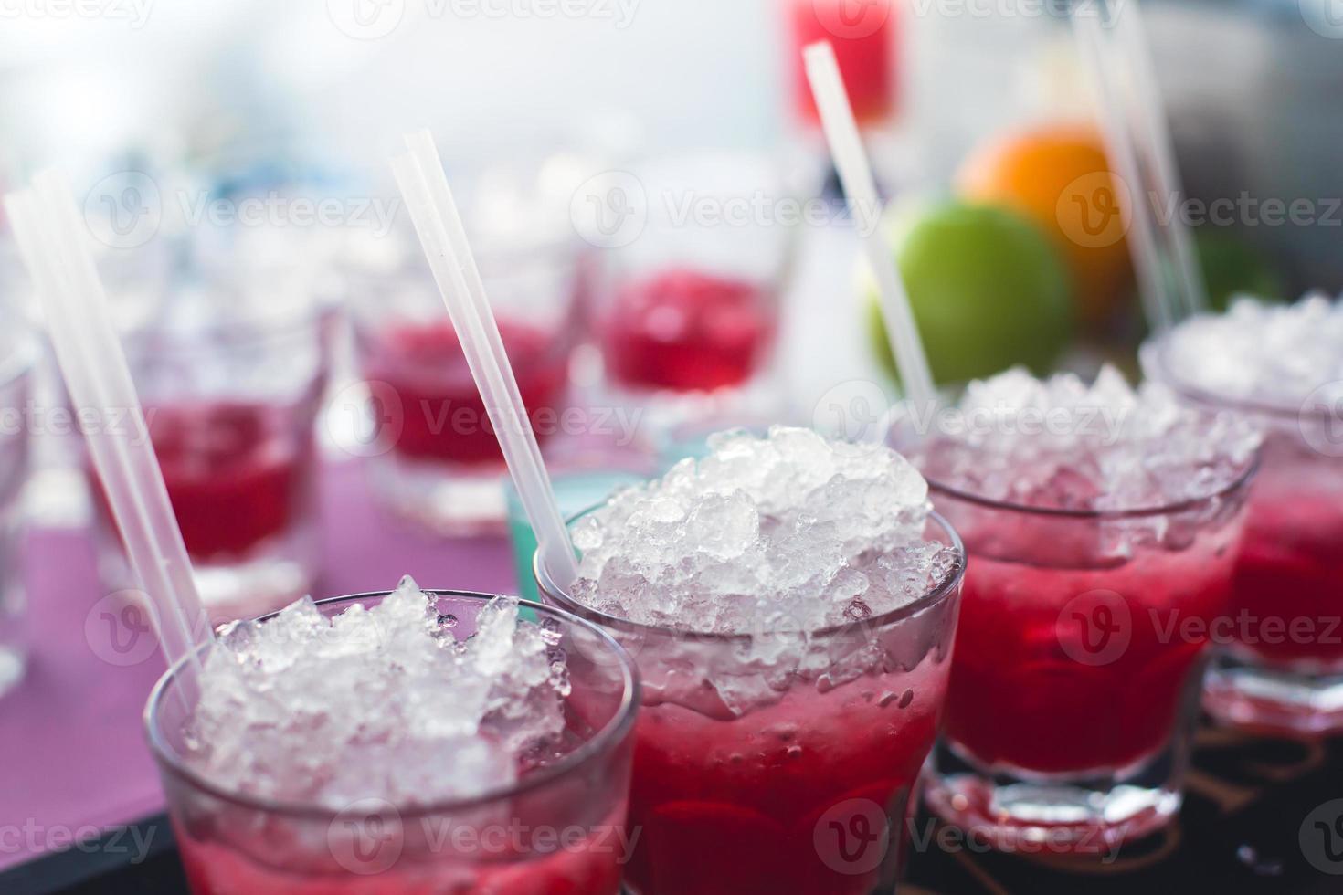 lijn van verschillende alcoholcocktails op een openluchtavondfeest foto