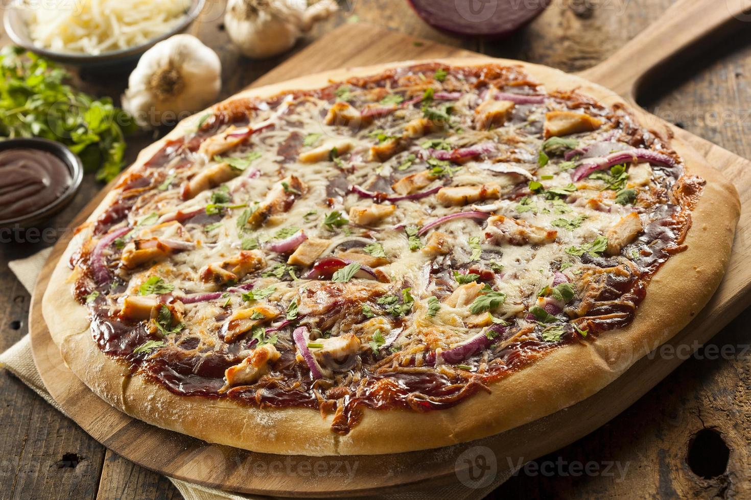 zelfgemaakte barbecue kip pizza foto