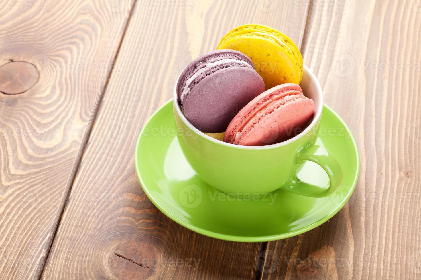 kleurrijke macaron koekjes in koffiekopje foto