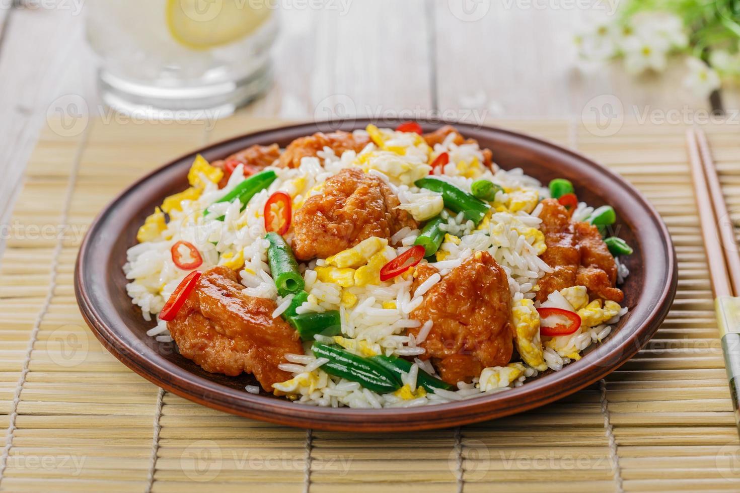 gebakken rijst met ei en kip foto