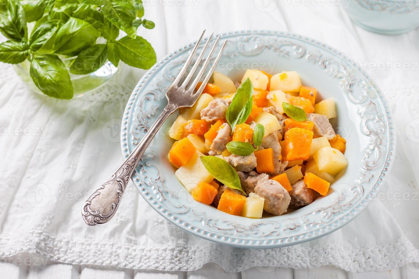 vlees gestoofd met pompoen en aardappelen foto