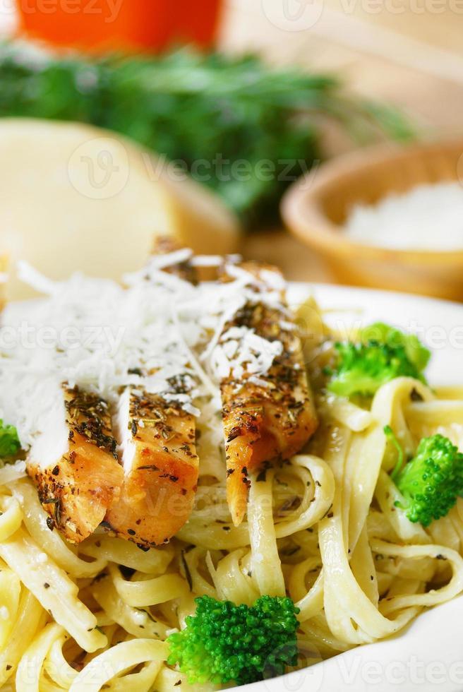 pasta met gebakken kip foto