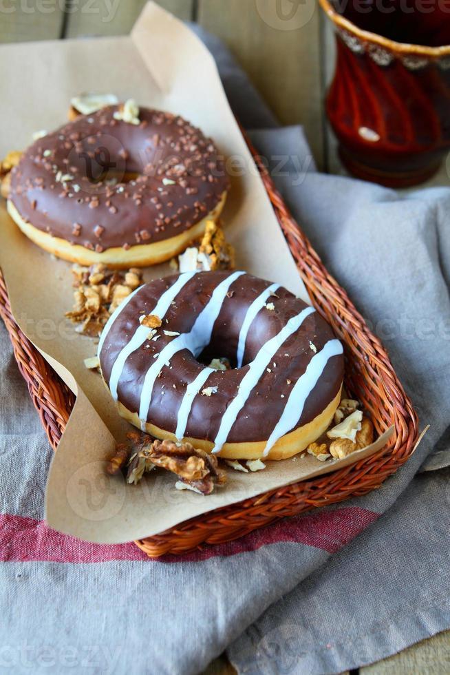 walnoten donuts met chocolade glazuur foto