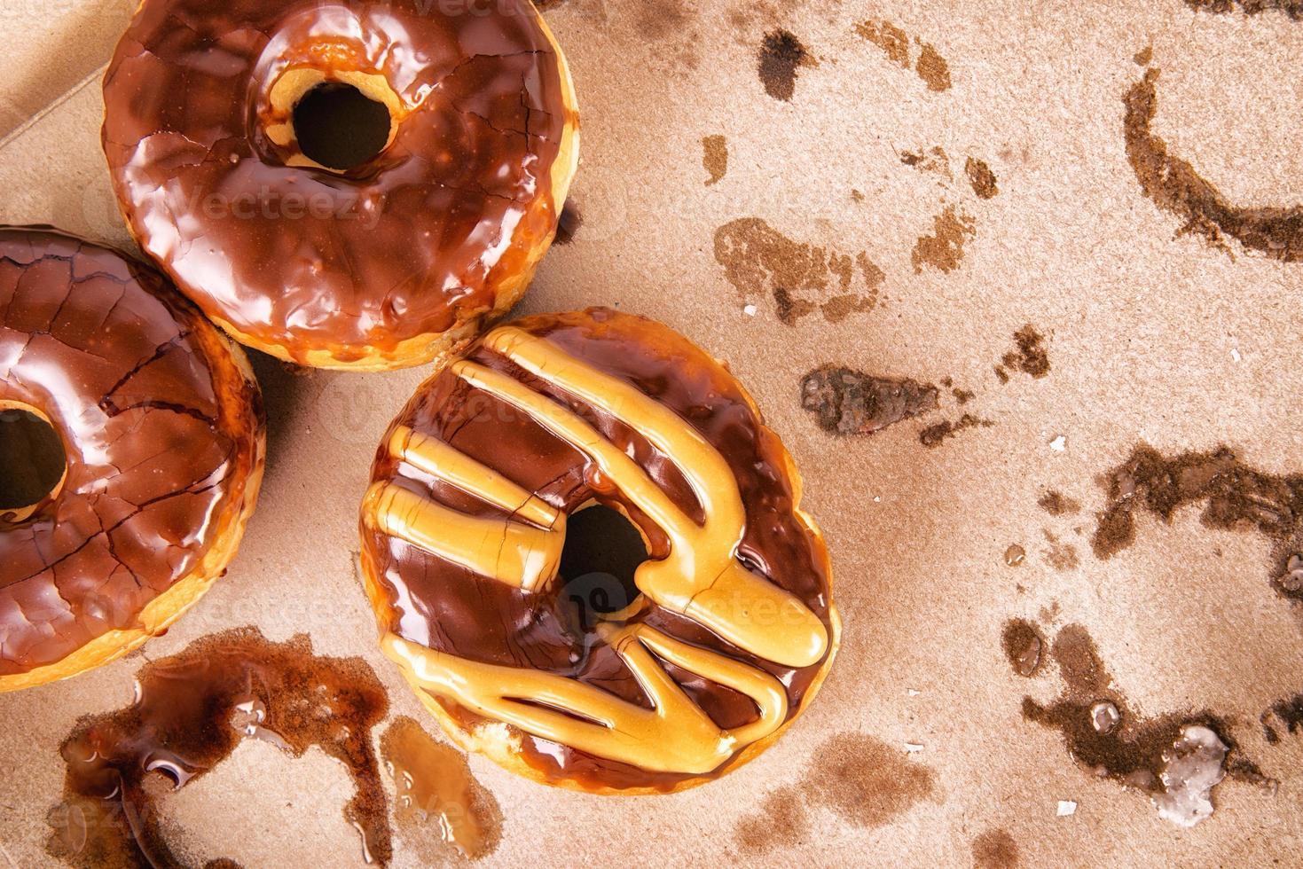 papieren doos met zoete donuts foto