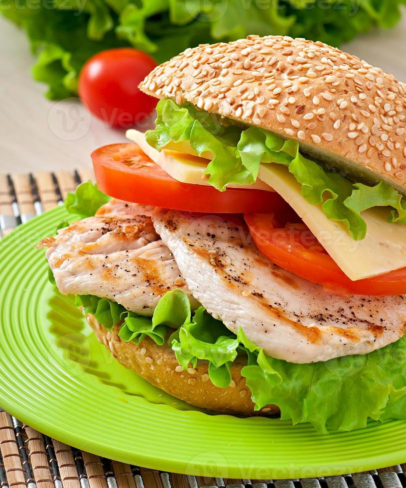 broodje kip met salade en tomaat foto