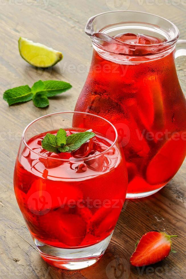 coctail. verfrissend zomerdrankje met aardbei in kruik en glas foto
