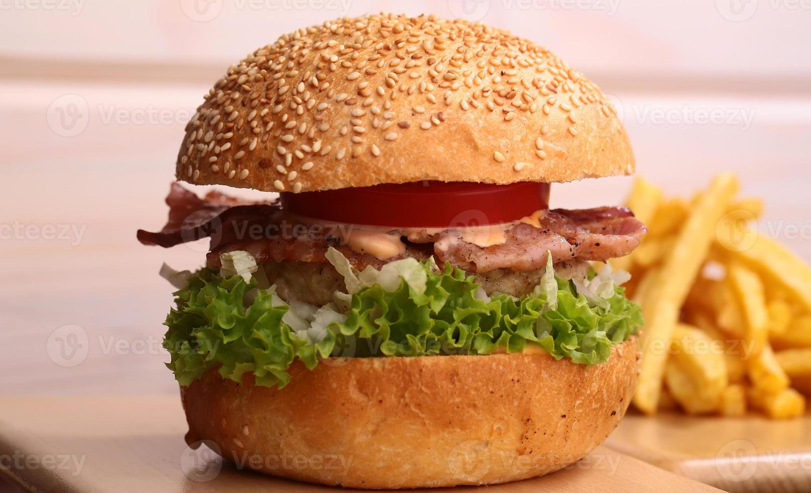 hamburger met frietjes foto