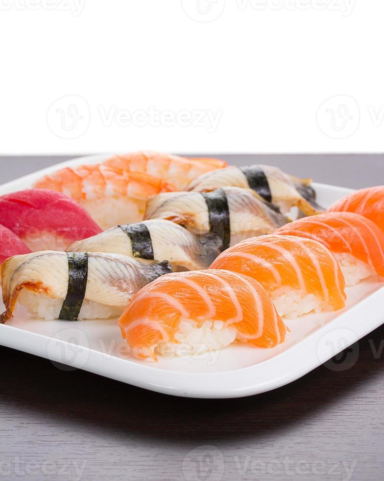 Japanse keuken. set sushi nigiri op witte plaat. foto
