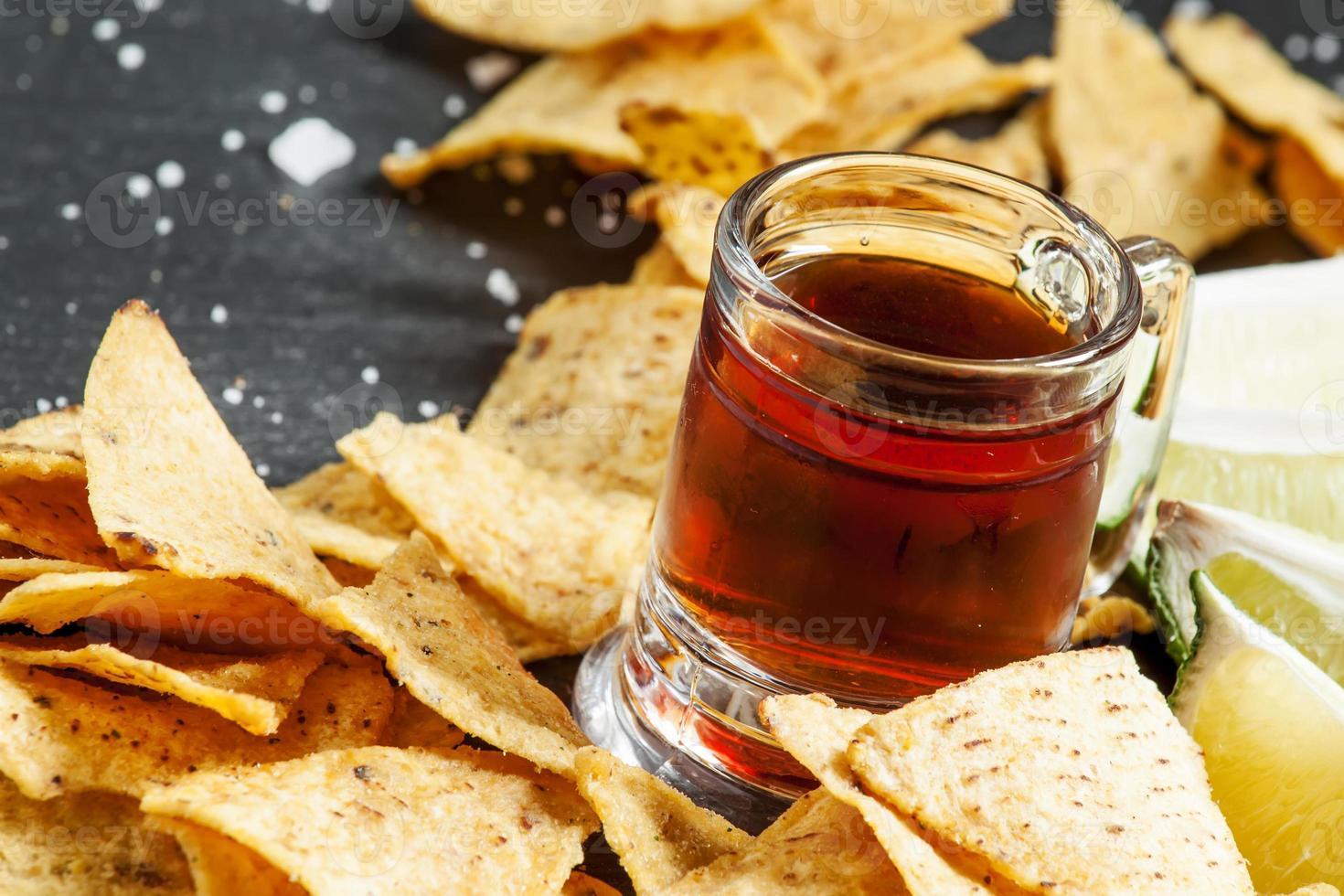 donkere bierpullen in een ouderwetse en nacho's foto