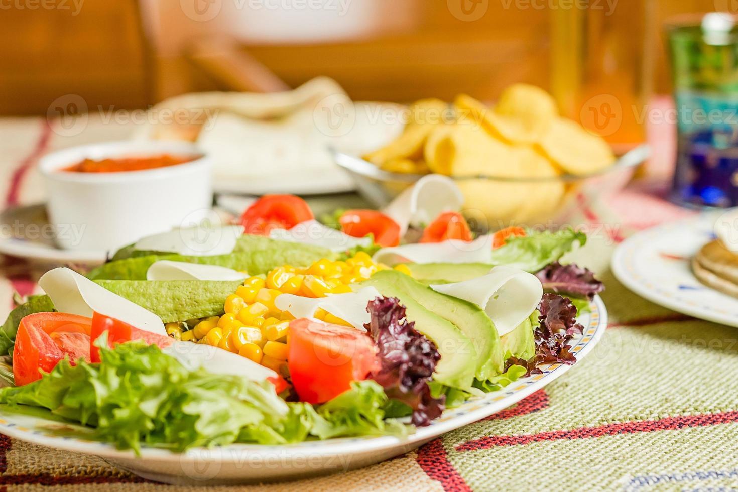 traditionele Mexicaanse gerechten met nacho's en salade foto