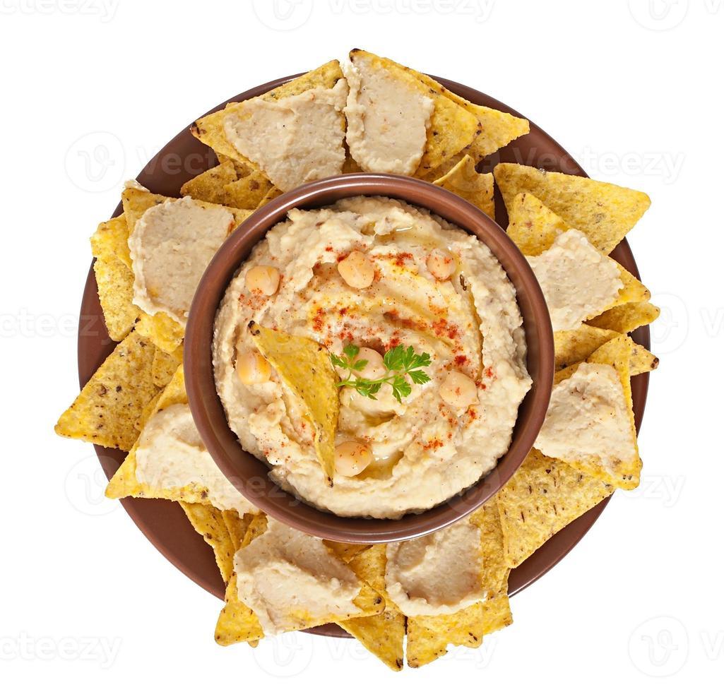 gezonde zelfgemaakte hummus en pita chips geïsoleerd op een witte achtergrond foto
