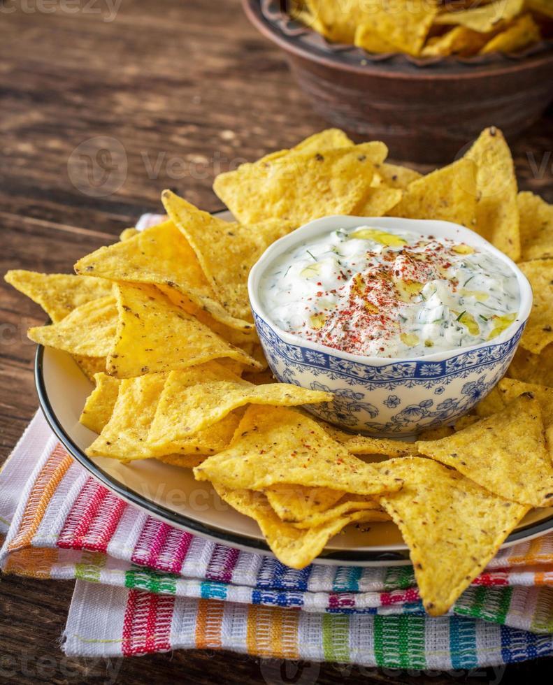 tortillachips en roomsaus met verse kruiden, knoflook foto
