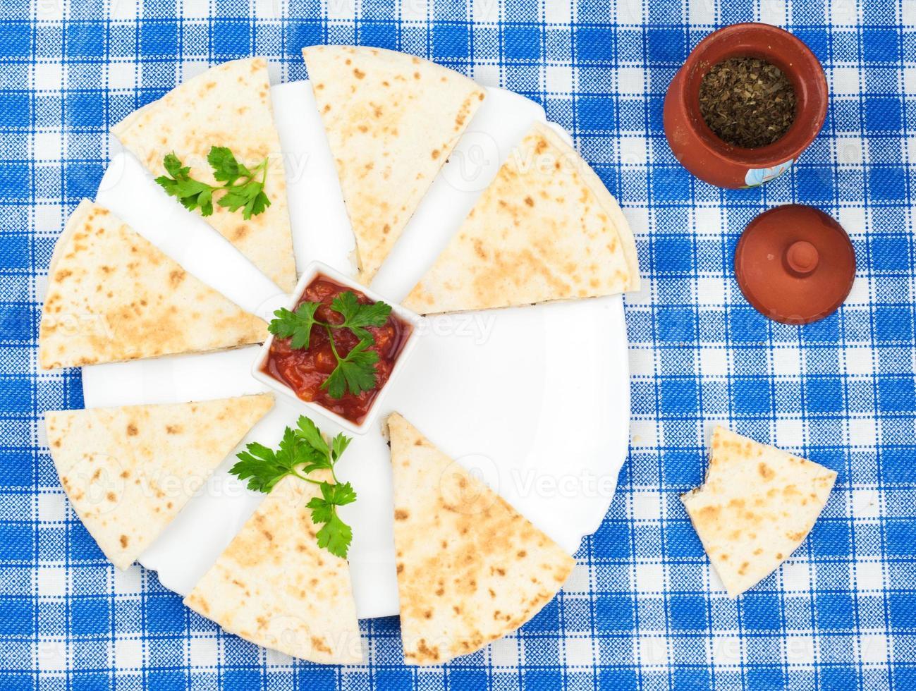 gesneden tortilla's met basilicum op schotel foto