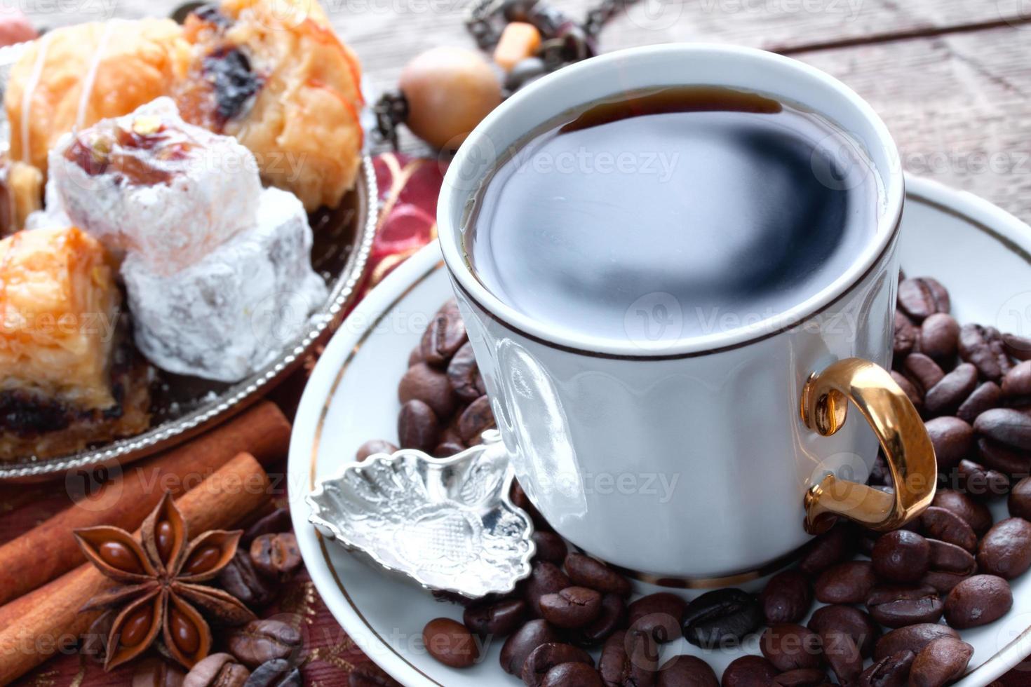 koffie en oosterse zoetigheden foto