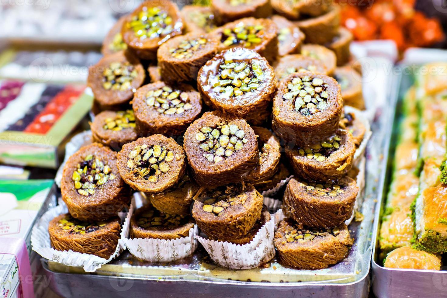 baklava op een markt in istanbul foto