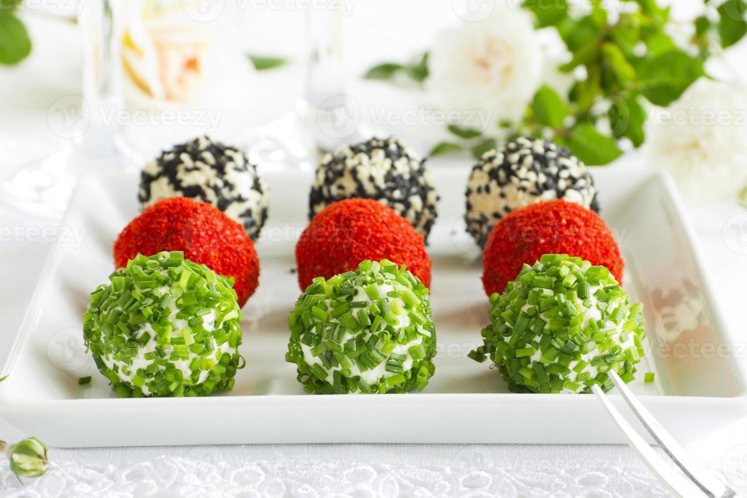 snackballen van geitenkaas met kruiden. foto