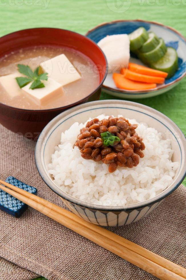 Japanse keuken, natto en rijst foto