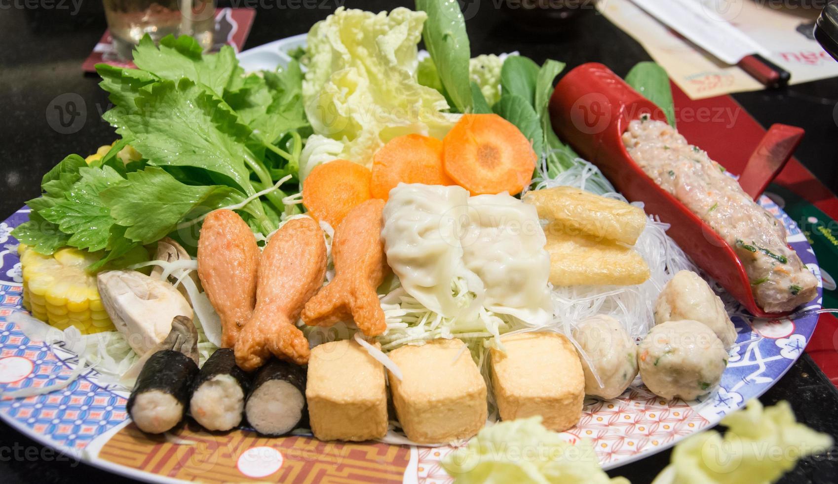 mosselen met gemengde groenten op schotel, suki yaki japanes foto