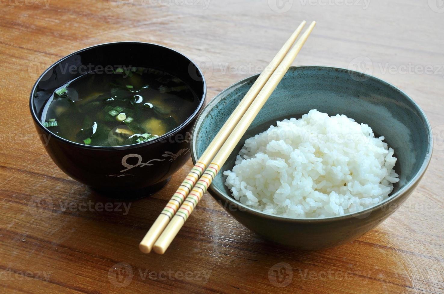 rijst en miso soep in zwarte kom, originele Japanse stijl foto