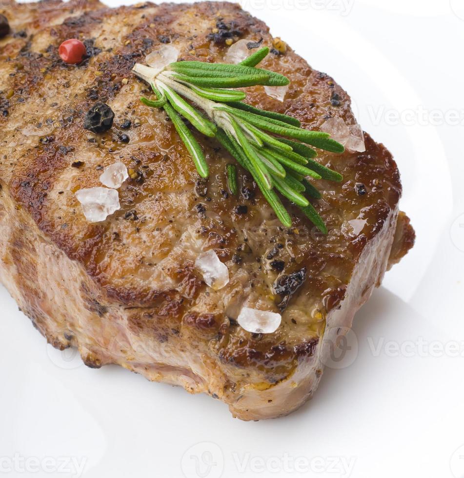 biefstuk op een houten tafel. foto
