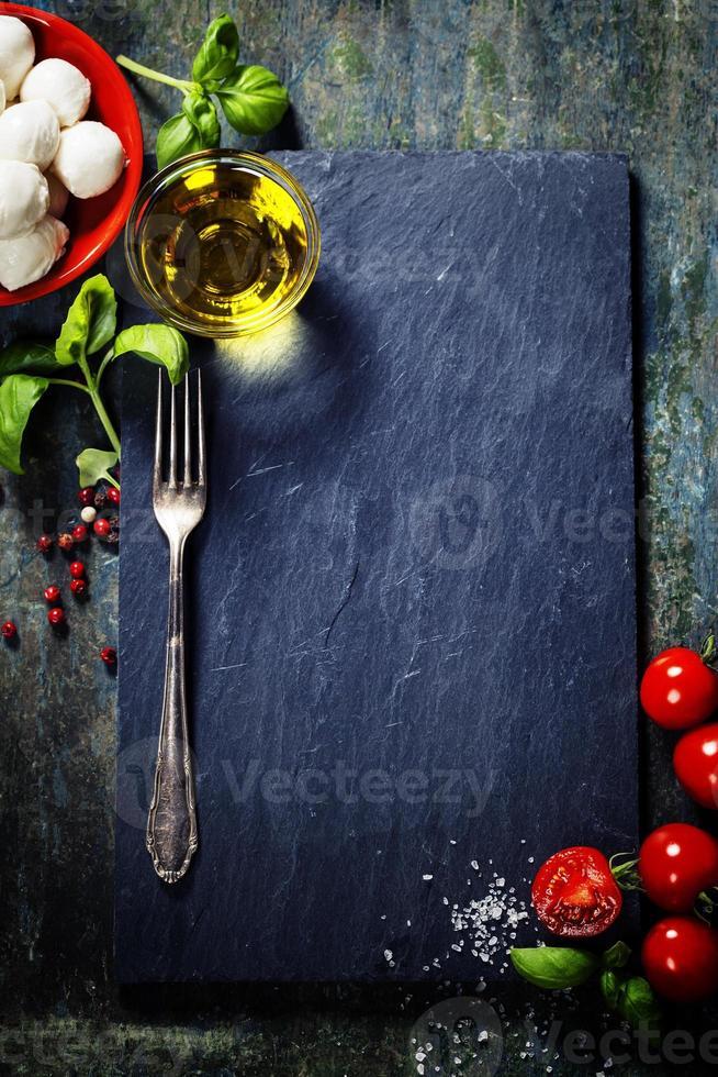 kerstomaatjes, basilicumblaadjes, mozzarellakaas en olijfolie f foto
