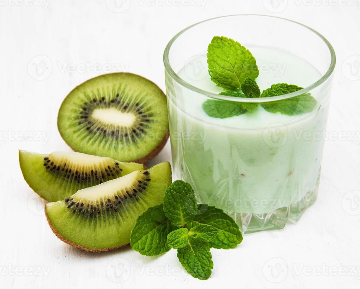 kiwi smoothie in glas foto
